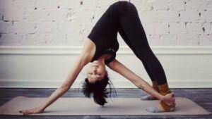 Vanessa-Hudgens-yoga